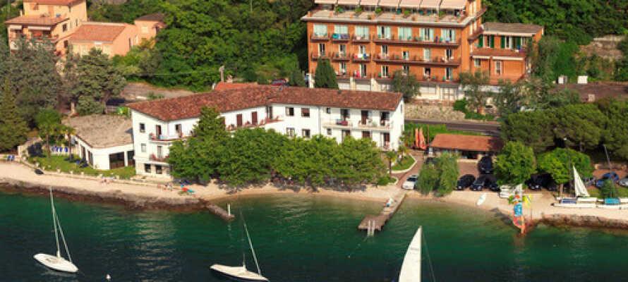 Hotellet har en fantastiskt läge mellan Gardasjön och Monte Baldo.