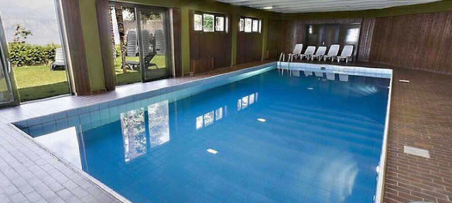 Der er en opvarmet indendørs pool og bagefter kan I nyde en tur i saunaen.