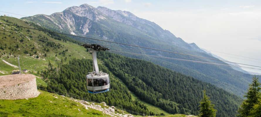 Ta taubanen opp fjellmassivet Monte Baldo og se utover Gardasjøen med det frodige landskapet rundt.