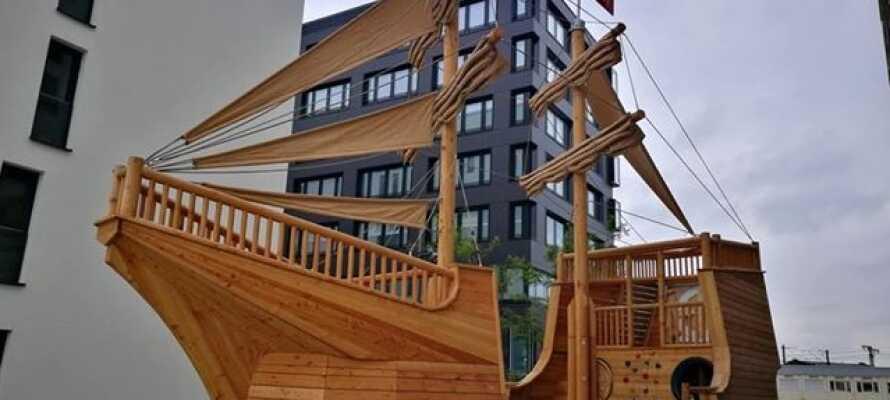 Hotellet passar perfekt för familjer, här hittar ni bland annat ett lekrum och en stor utomhuslekplats med ett klätterskepp