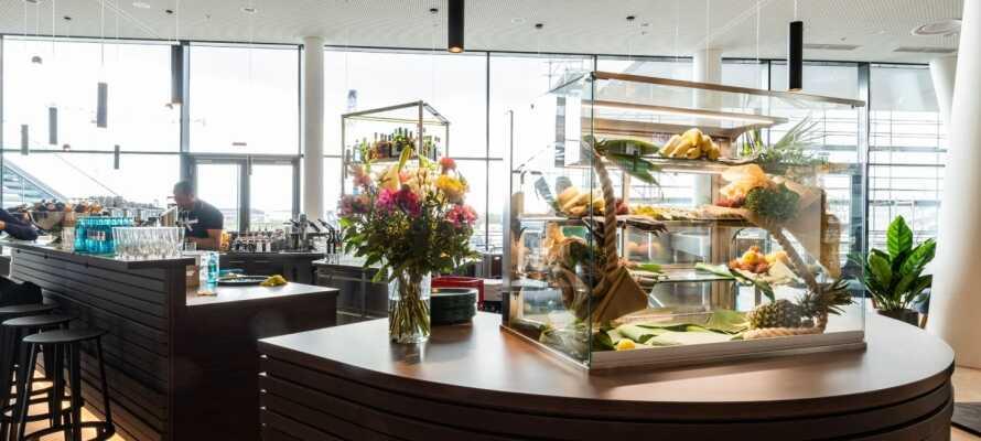 Hotellet serverar både frukost, lunch och middag. Sen kan ni runda av kvällen med en drink i baren