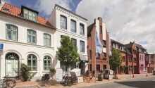 Das geschmackvoll eingerichtete Hotel liegt ganz zentral im Herzen der deutschen Hafenstadt Husum.