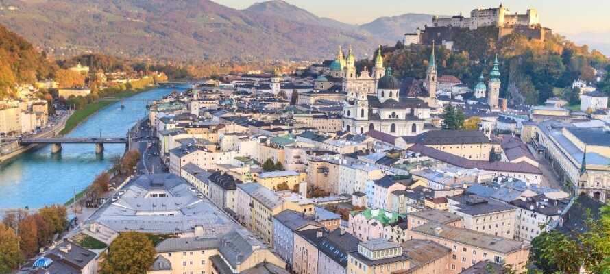 Salzburg är känt för sitt vackra läge vid Alperna, de vackra byggnaderna och det vackra slottet.