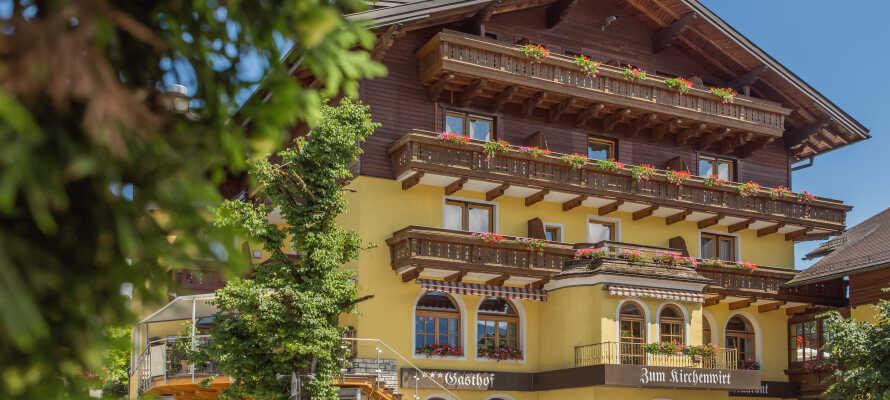 Hotellet har vackra traditionella balkonger och en härlig utsikt.