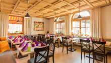 Hotellets restaurang serverar säsongsbaserade rätter och lokala specialiteter.