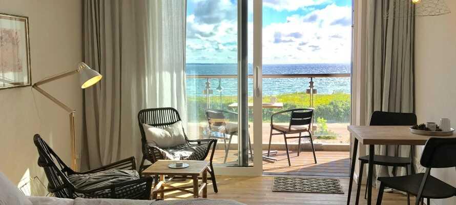 Sie wohnen in geräumigen, hellen und stilvollen Zimmern und können Ihren Aufenthalt in einem Deluxe-Zimmer mit Meerblick genießen.