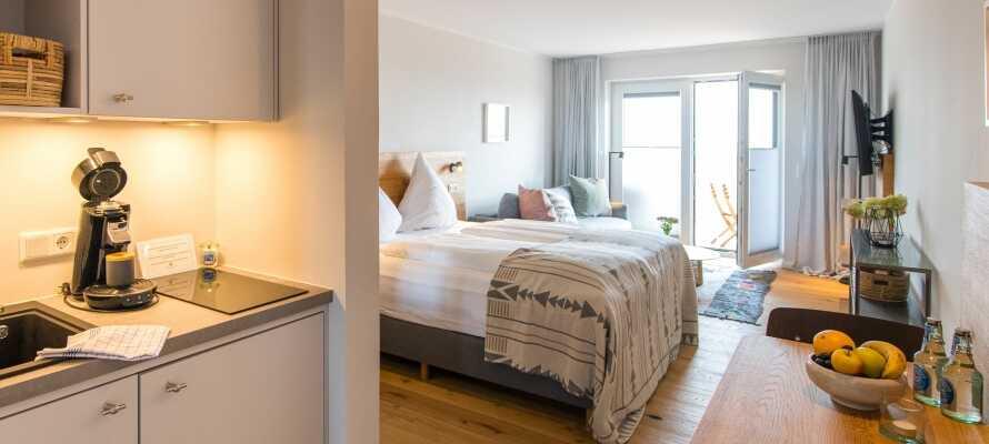 Die Zimmer verfügen alle über eine eigene Miniküche und ein Bad mit Regenwalddusche.