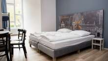 Hotellrommene er modernt innredet og tilbyr komfortable omgivelser under oppholdet.
