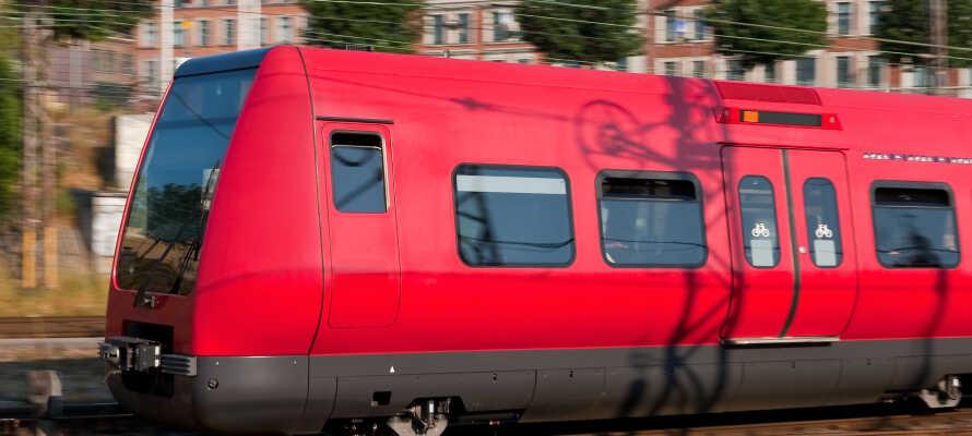 Den nærmeste togstasjonen ligger ikke langt unna hotellet, og derfra kan dere raskt og enkelt komme dere inn til København.