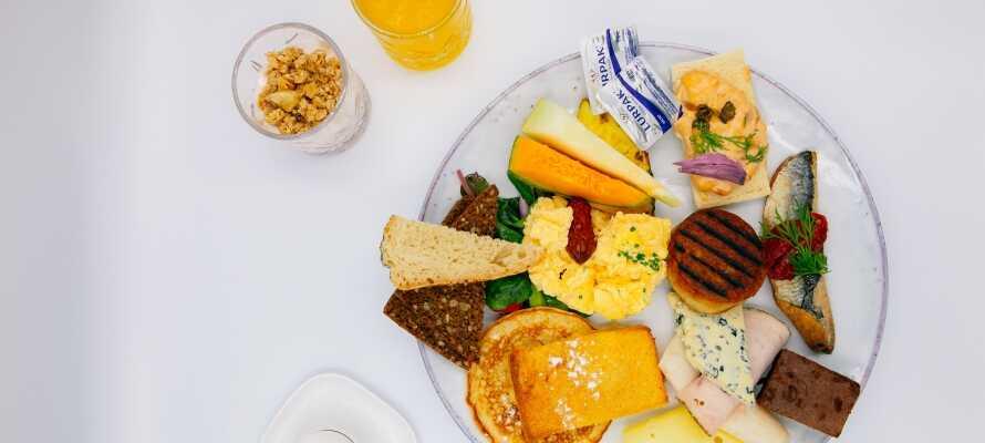I får en god start på dagen med hotellets gode og varierede morgenmad.