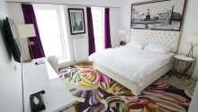 Die Zimmer bieten Bad/WC, Föhn, Safe, Minibar, bequeme Betten, ein Telefon und einen TV.