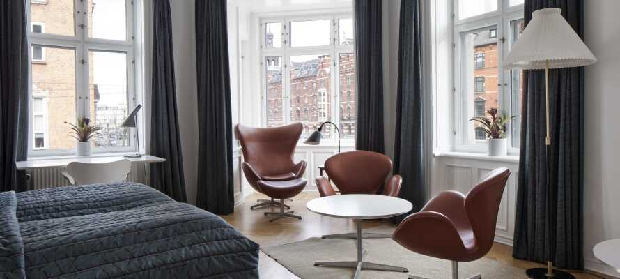 Sie wohnen in hellen, stilvollen Zimmern mitten in Kopenhagen, die mit authentischen dänischen Designklassikern dekoriert sind.