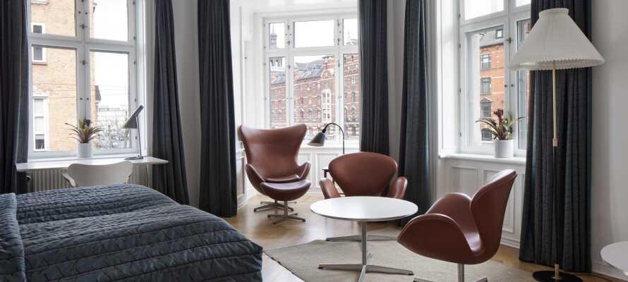 I bor på lyse og stilfulde værelser, indrettet med autentiske danske designklassikere midt i København.