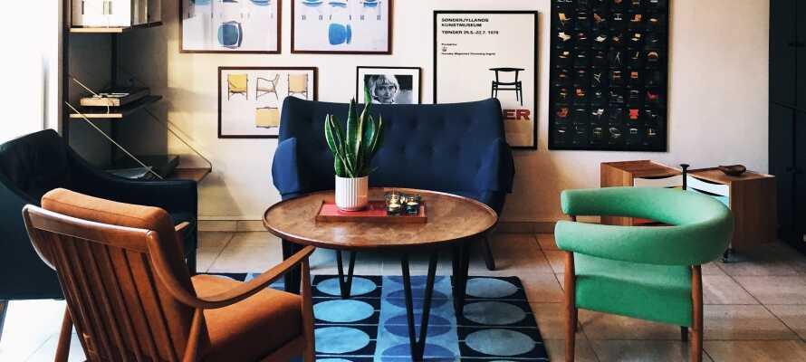 I den hyggelige lobby kan I slappe af mellem oplevelserne, og f.eks. sætte en LP på den gamle B&O pladespiller.
