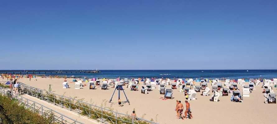 Her bor I blot nogle få meter fra den seks kilometer lange sandstrand, ved Tysklands længste strandpromenade