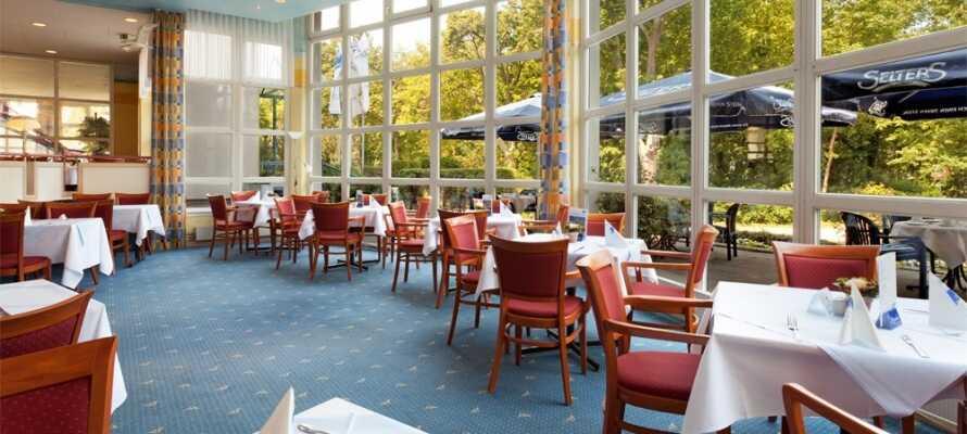 Nyd dejlige måltider i hotellets nydelige maritime restaurant, som strækker sig over to niveauer og tilbyder en hyggelig atmosfære