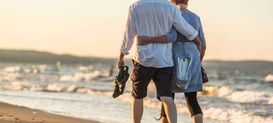 Nyd hinanden med en romantisk slentretur langs strandkanten, eller gå ned gennem den hyggelige og levende promenade