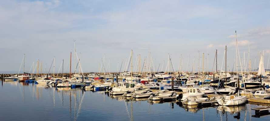 Kort fra hotellet ligger områdets charmerende marina og lystbådehavn, hvor I har et malerisk udsyn over havnen og havet