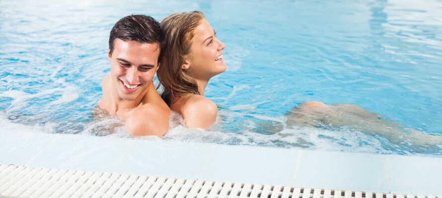 Endast 2 km från hotellet ligger wellness-centret Kübomare, där ni finner pool, jacuzzi och bastu.