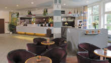I den trevliga lobbybaren, som är öppen dygnet runt, kan ni slappna av med en drink.