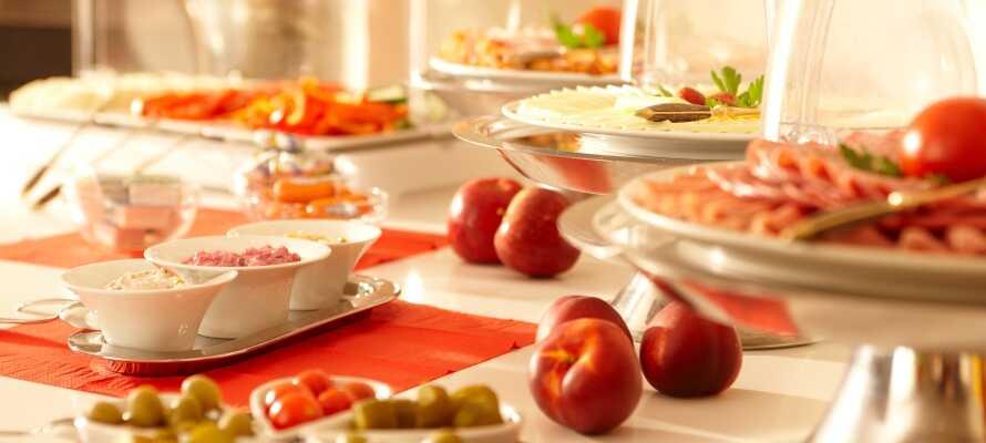 Varje morgon dukar hotellet fram en härlig frukostbuffé i den trevliga frukostrestaurangen