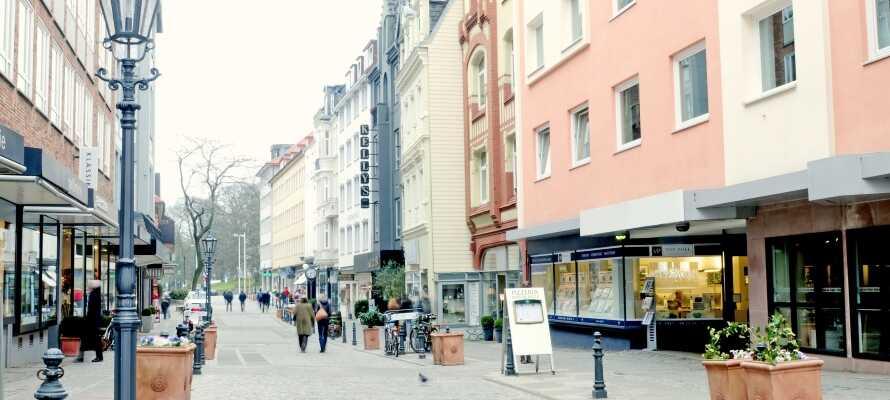 En av stadens mest populära attraktioner är stadens långa gågata, Holstenstrasse, där ni hittar restauranger, barer, butiker och flera museer