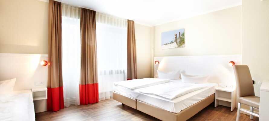 Hotellets lyse og moderne værelser tilbyder komfortable rammer under opholdet.