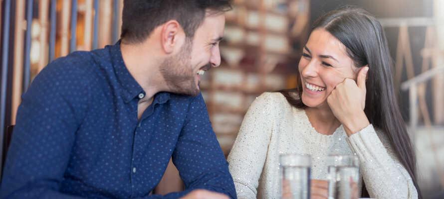 Ta en mysig fika på stan eller njut av en måltid på Restaurant Elbgarten, som ligger på grannhotellet.