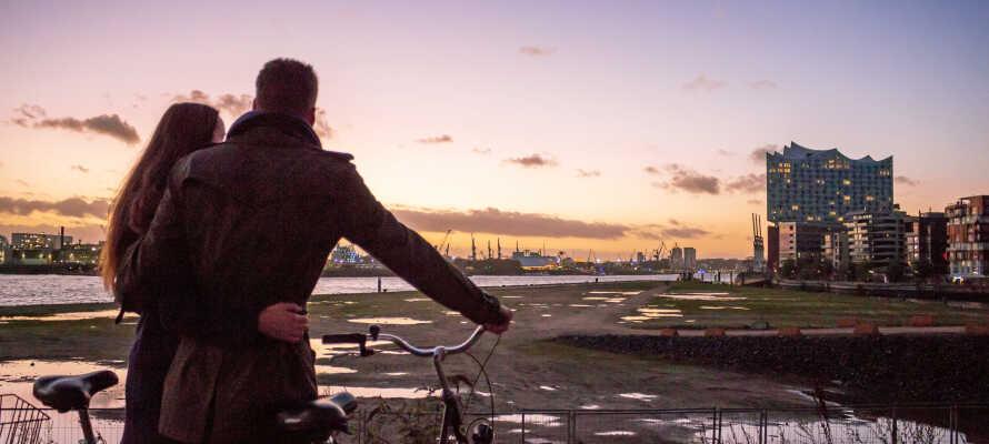 Hyr cyklar på hotellet och besök den berömda Elbphilharmonie, endast 4 km från hotellet (ca 15 min cykelfärd).