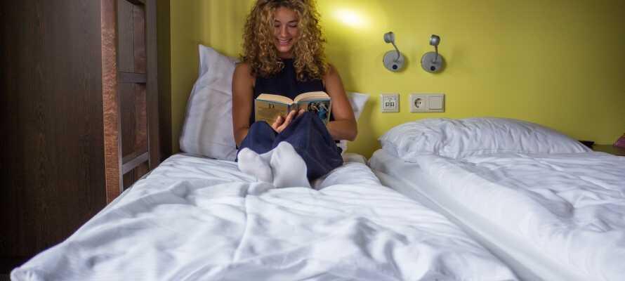 Hotellrummen är ljusa och färgglatt inredda och fungerar som en bekväm bas under er vistelse.
