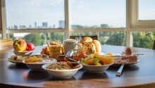 Frukosten serveras i den trevliga frukostmatsalen på hotellet fjärde våning.