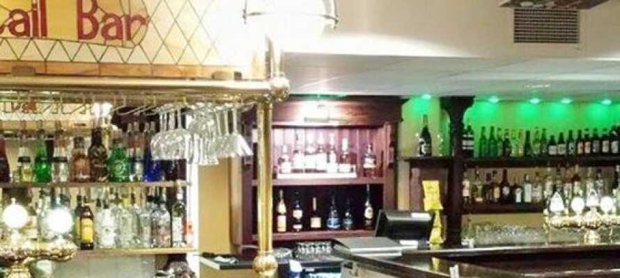 Avsluta era härliga semesterdagar med en drink i hotellets pub, KumlaPuben.
