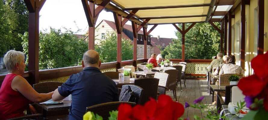 Varm gæstfrihed venter jer i hotellets restaurant med terrasse, hvor I kan nyde udsøgt mad.