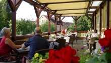 Nyd masser af dejlig mad under opholdet i restauranten eller på terrassen.