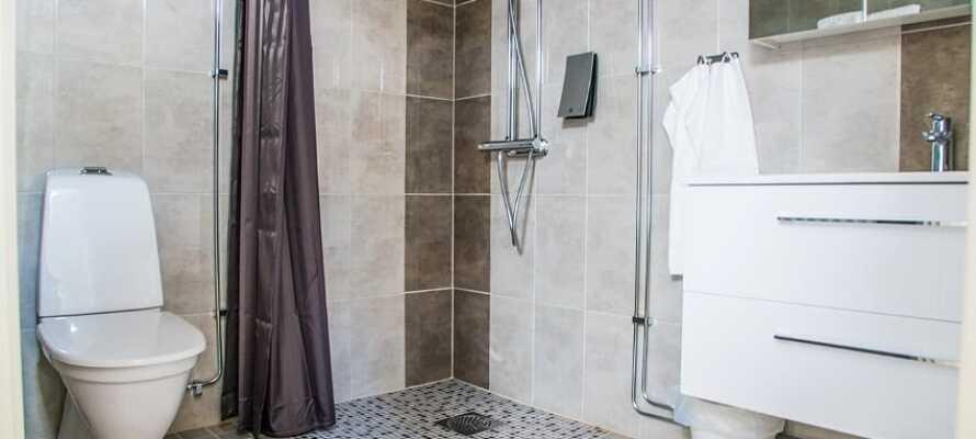 Rommene er utstyrt med eget bad med dusj og toalett