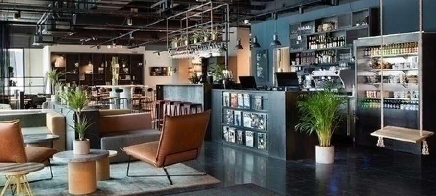 Barceptionen er hotellets samlingssted, her er der altid plads til at snakke og få sig lidt at spise eller drikke.