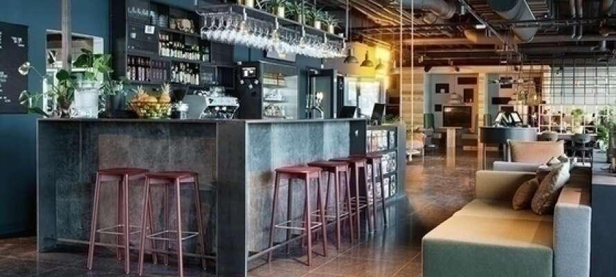 Få litt å drikke i Barsepsjonen og så er det plass til å lese, skrive, snakke og kose seg.