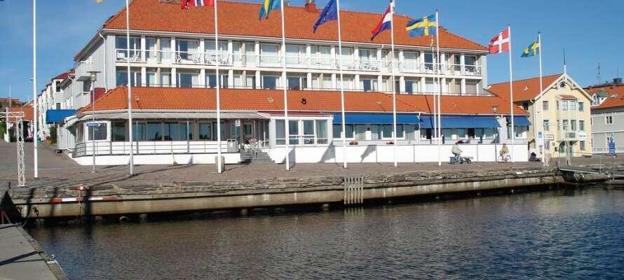 Bo på det smukke Villa Maritime Marstrand, midt i Bohuslän-skærgården. Fra hotellet er der en skøn udsigt over havnen.