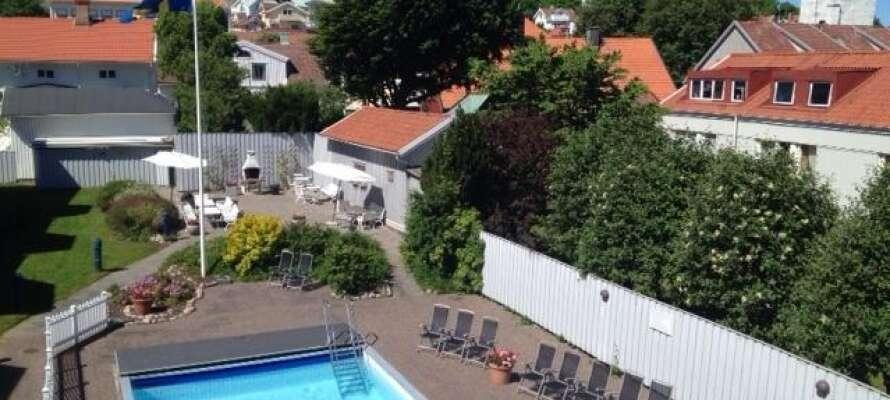 Hotellet har også en dejlig opvarmet, udendørs pool. Der er også adgang til sauna og fitnesslokale hele året rundt.