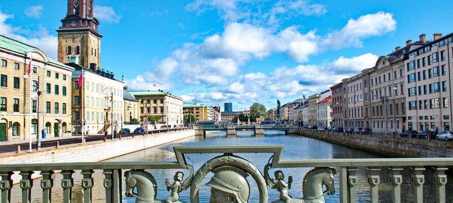 Det er kun 35 minutter ind til Göteborg, hvor der er mange seværdigheder, restauranter og gode muligheder for at shoppe.