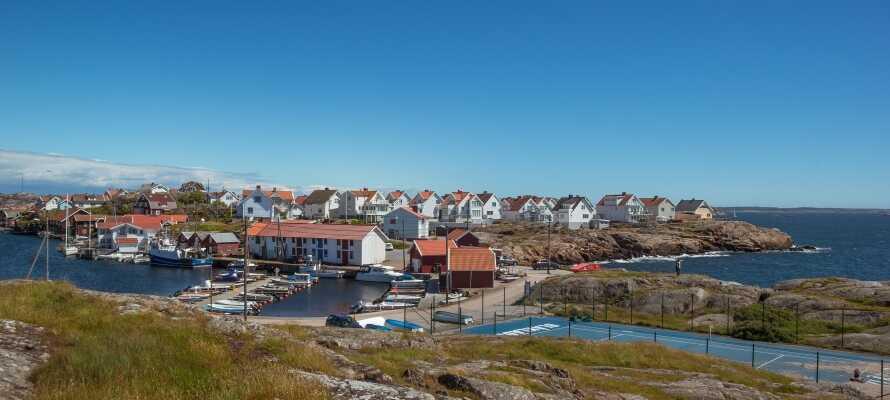 Hav & Logi ligger på den bohuslänske ø, Tjörn, og huser et idyllisk kystsamfund med skærgårde og klippelandskaber