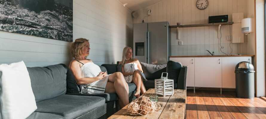 Lägenheterna har ett stort vardagsrum, välutrustat kök, badrum och egen balkong eller terrass
