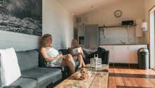 Slappna av i moderna omgivningar i det rymliga vardagsrummet