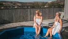 Under oppholdet kan dere bl.a. nyte en avslappende tur i boblebadet eller badstuen