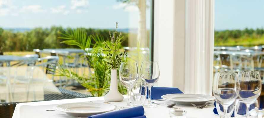 I hotellets restaurang serveras utsökt mat av hög kvalitet och här nar ni en fantastisk utsikt över havet