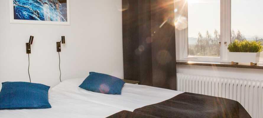 Hotellets lyse og komfortable værelser  indbyder til afslapning og hygge