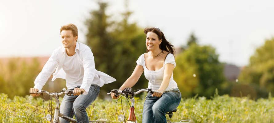 Passa på att utforska omgivningarna på två hjul med flera fina cykelrutter i närheten.