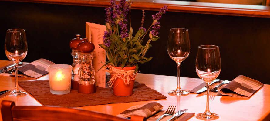 Abends werden im gemütlichen Restaurant, viele gute Speisen und Weine serviert.