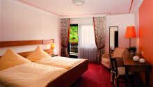 Hotellrummen är traditionellt inredda i varma färger och med bekväma sängar.