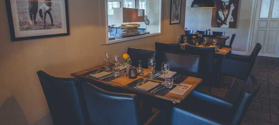 Restaurangen på det familjedrivna hotellet serverar en medelhavsinspirerad meny av hög kvalitet i en trevlig och varm atmosfär